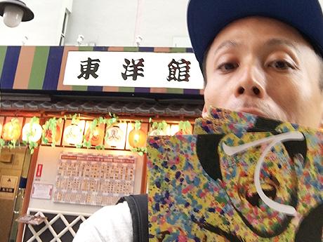 チラシを持って東洋館へ来た小田篤史さん